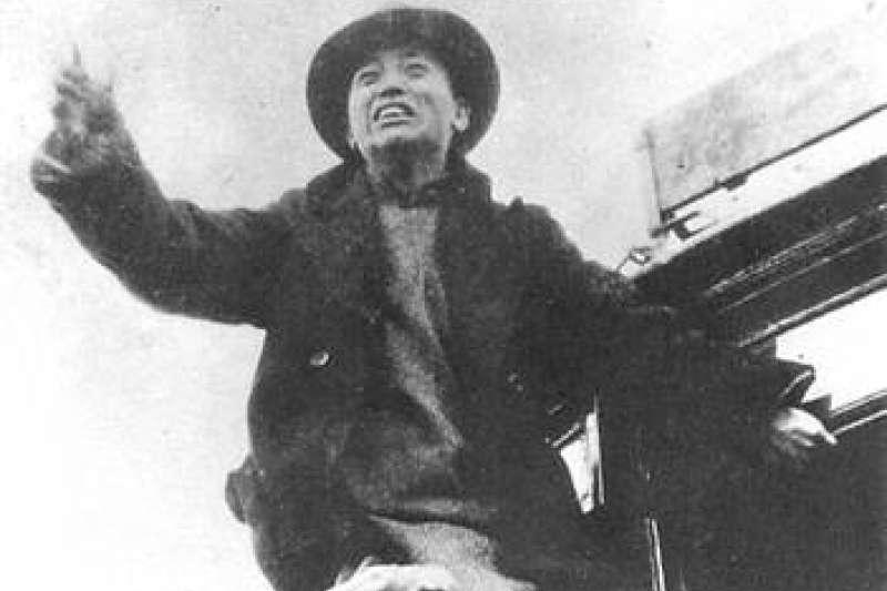 今年為中共策動的大規模學運「12·9運動」84週年。圖為12·9運動北平學生大遊行中,北京大學學生黃敬在北平天橋地區電車上演講。(資料照,取自維基百科)