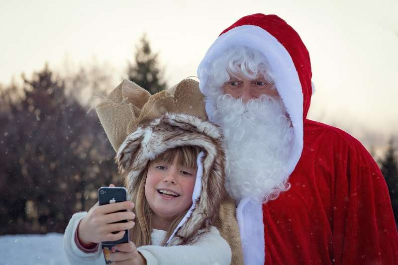 來自瑞士的亞柏特爺爺,每年都會踩著單車到各個學校扮成聖誕老人表演(示意圖/安可人生)