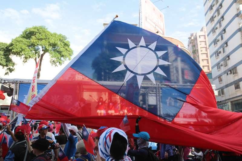 20191221-高雄挺韓遊行,現場民眾揮舞國旗。(顏麟宇攝)