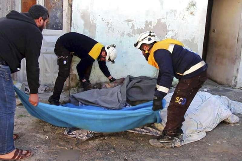白盔隊把握轟炸間隙,連忙搶救受戰火波及的敘利亞平民。(AP)