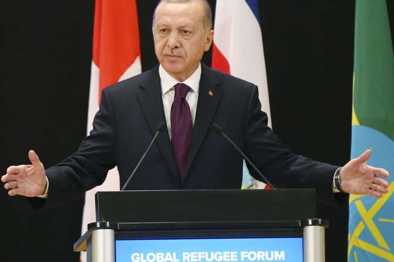 艾爾多安在聯合國世界難民論壇上,控訴各國不願支持他在敘國北部的難民安置計畫。(AP)