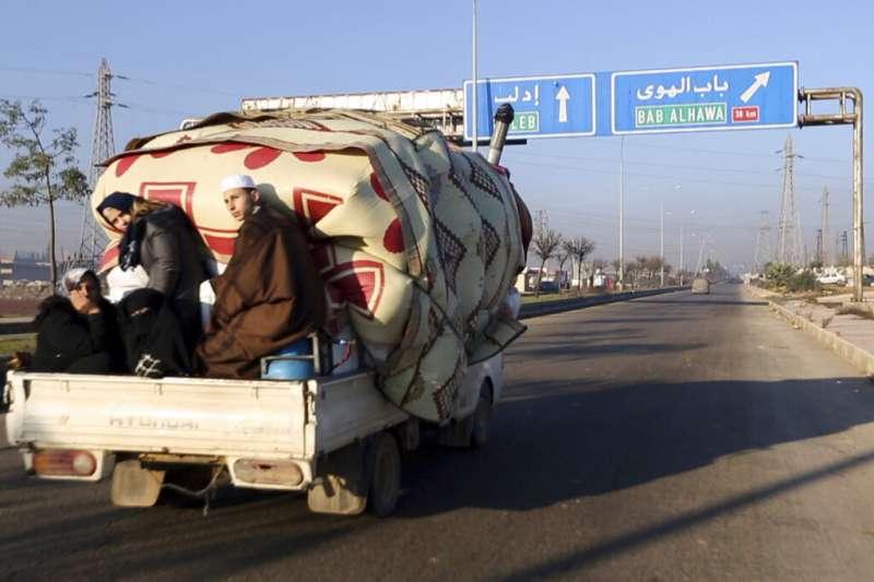 隨敘利亞政府軍對反抗勢力的空襲行動升級,不少民眾含淚逃離故鄉。(AP)