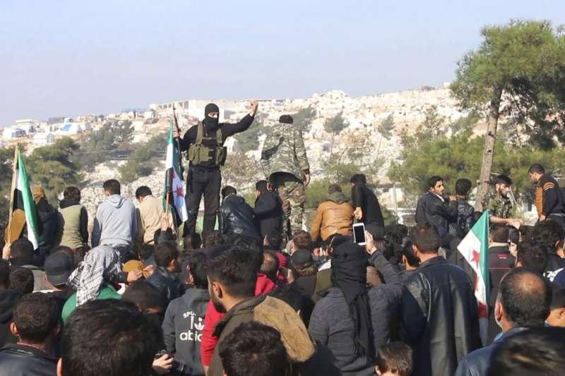 目前控制伊德利卜省的反抗軍「沙姆解放組織」,20日試圖組織上街抗議政府軍轟炸的平民。(AP)