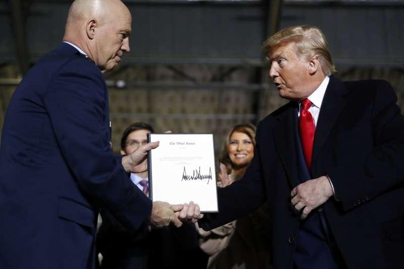 2019年12月20日,美國總統川普正式宣布太空軍(Space Force)成立,左為太空作戰長雷蒙德(John Raymond)(AP)