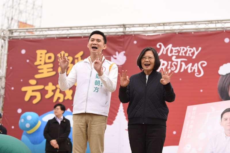 20191221-總統蔡英文(右)替民進黨立委候選人鄭朝方(左)站台。(蔡英文競選辦公室提供)