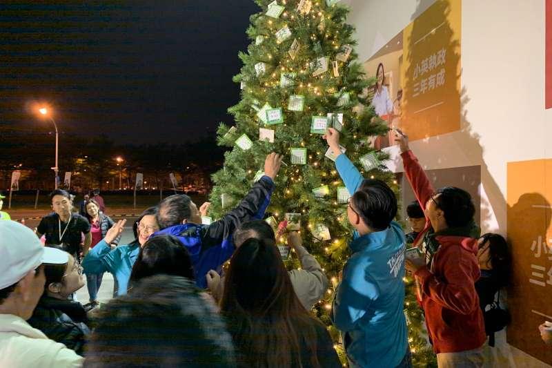 總統蔡英文高雄市競選總部於昨(20)日晚間舉行「護台聖誕樹點燈儀式」。(蔡英文總統高雄市競選總部提供)