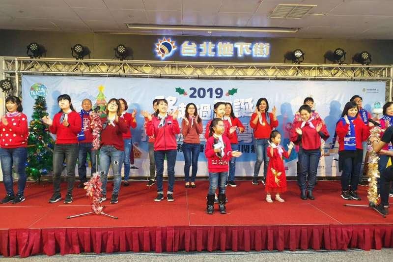 新住民與新二代用臺語歡唱聖誕歌曲。(圖/新住民全球新聞網提供)