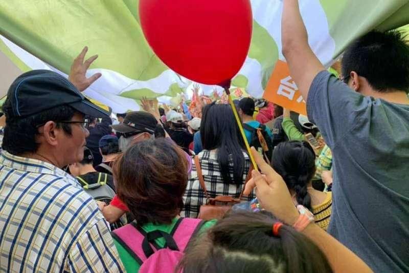對於外界質疑,民進黨立委王定宇在臉書貼出多張布條下擠滿民眾的照片「舉證」,並強調布條下站了滿滿的人。(取自王定宇臉書)