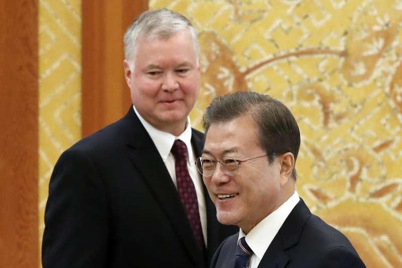 美國國務院北韓政策特使畢甘(Stephen Biegun,左)與南韓總統文在寅(AP)