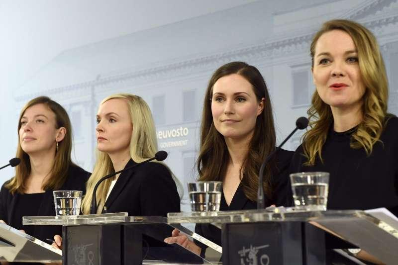 2019年12月,34歲的馬林(Sanna Marin,右二)成為芬蘭史上最年輕總理,並延攬多位女性入閣。(AP)