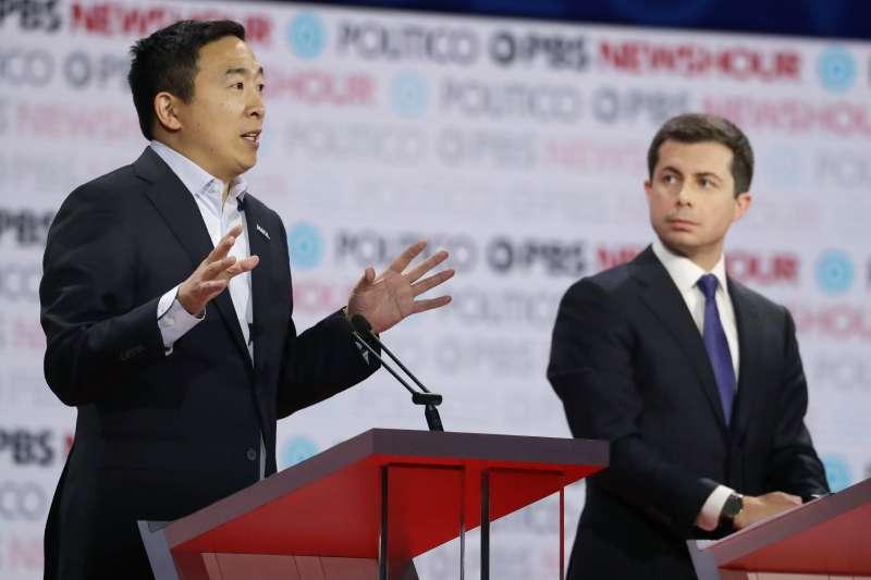 美國民主黨初選辯論:參選人楊安澤(左)與布德賈吉(AP)