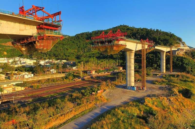 20191223歷時15年、3位總統、5位台東縣長,半世紀修修補補和坍方不斷的南迴公路拓寬改道工程終於完工,台東人回鄉的路更近更安全。(公路總局提供)