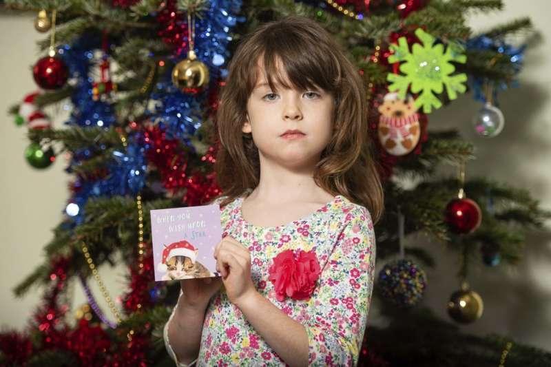 英國一名6歲女孩佛羅倫斯發現藏在聖誕賀卡中的求救訊息。(AP)