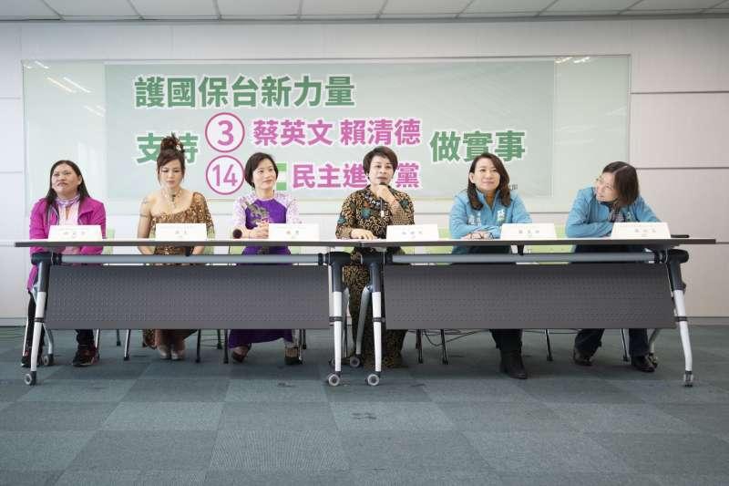 民進黨婦女部今(23)日邀來自馬來西亞的不分區立委候選人羅美玲(右二),以及4位不同國家新住民,舉行記者會,肯定總統蔡英文為新住民推行的政策。(民進黨提供)