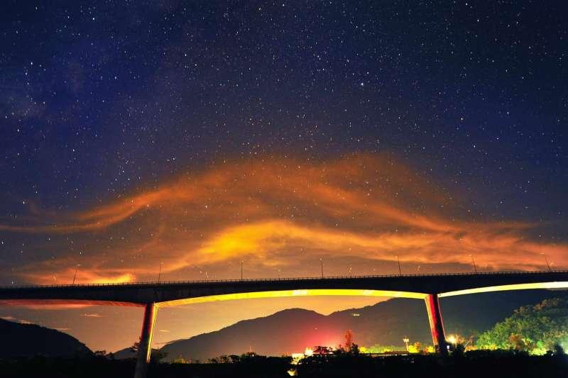 銀河映照著不只是金崙大橋,更是一條讓台東人既快速又安全的回家路。(圖片取自林佳龍FB粉絲專頁)