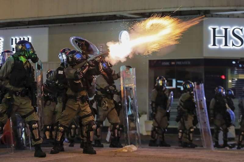 香港警察發射煙霧彈。(AP)