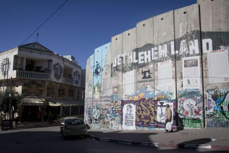 英國塗鴉大師班克西(Banksy)在約旦河西岸伯利恆開設的旅館,旁邊就是以色列興建的隔離牆(AP)