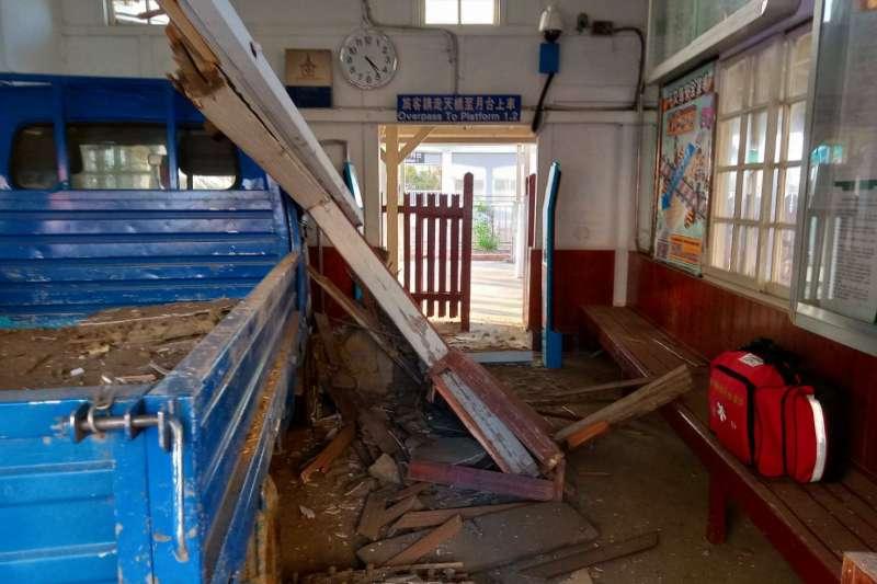 20191223-位於苗栗縣後龍鎮、台鐵海線5座著名木造車站之一的大山車站,23日下午4時許遭一部中型貨車衝撞,造成大廳及候車室半毀。(台鐵局提供)