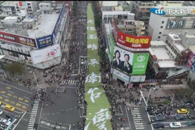 1221的罷韓遊行,主辦單位宣稱來了50萬人!但隨著很多問題被一一戳破,不但反而讓蔡英文高民調的「空心」現形。(作者路懷宣提供)