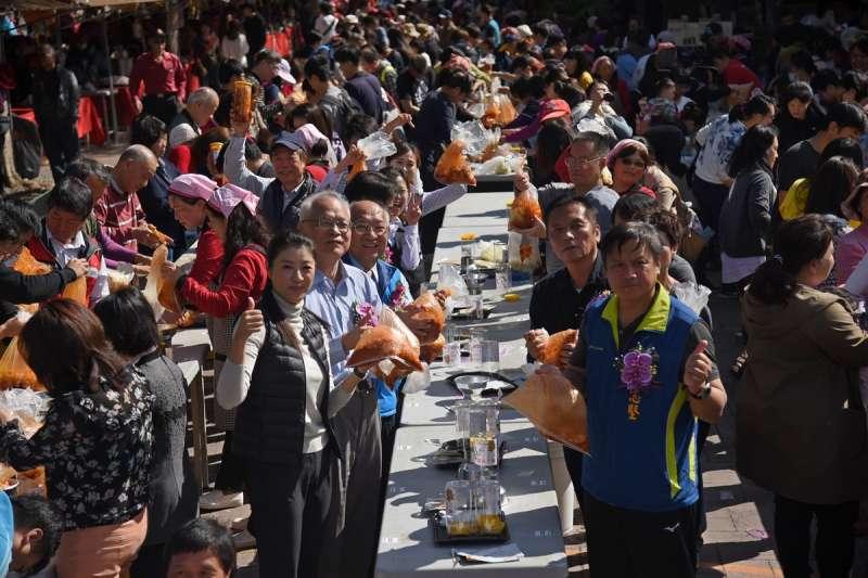 信義鄉梅子夢工場舉行踏雪尋梅開鑼,立委許淑華、全鄉長、全議員等人帶領300位民眾一起以信義鄉地產的高麗菜加上農會特調的泡菜醬現場製作。(圖/南投縣政府提供)