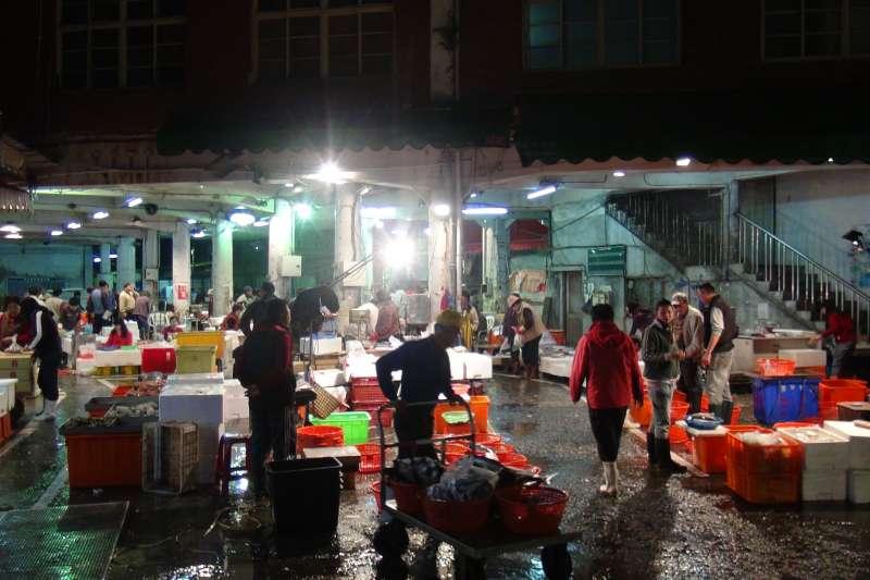 舊魚市場內設施簡陋,影響了消費者前來採購的意願等,也限制了多元化經營的可能。(圖/高雄市政府海洋局提供)