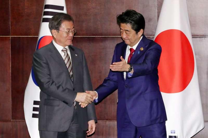 作者指出,《鋼鐵雨:深潛行動》,表面上看起來演的好像是21世紀的美「中」對立,可實際上反應的仍舊是韓國人期望戰勝日本,還有實現民族統一的兩大心願。圖左起為南韓總統文在寅與日本首相安倍晉三。(資料照,美聯社)