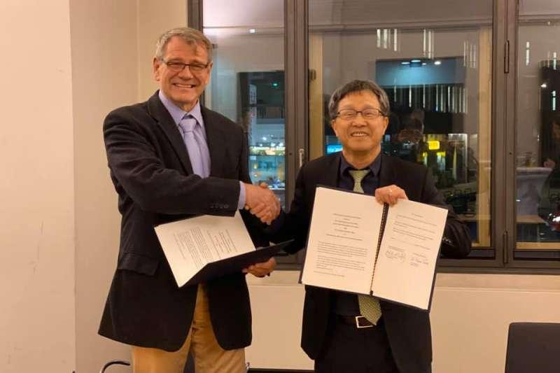駐德代表謝志偉(右)與德國駐台代表王子陶(左)12日在柏林簽署互換駕照的合作意向書,未來旅居德國的台灣人可持台灣駕照免試換發德國駕照。(謝志偉粉絲頁)