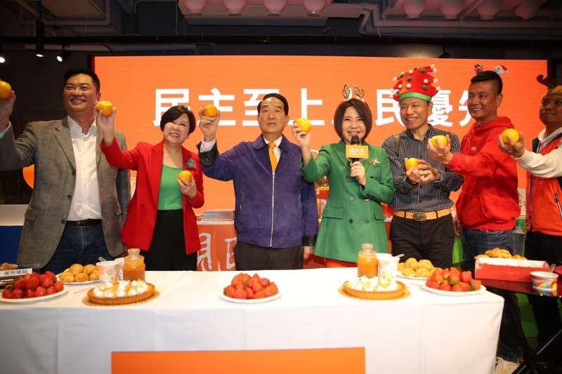 親民黨總統候選人宋楚瑜24日晚間出席親民黨舉行平安夜派對,表示25日政見發表會將會針對《反滲透法》嚴正表達立場。(親民黨提供)