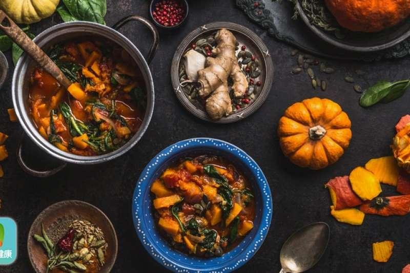 北部天氣又轉溼冷,很多人都想吃個補鍋取暖,但中醫師表示,體質燥熱或身體正在發炎,都不應該吃任何熱補食物。(圖/Now健康)