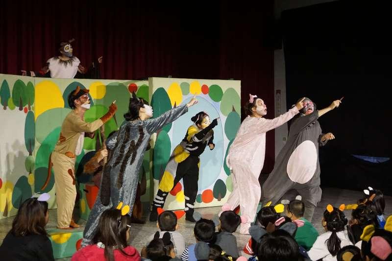 東華大學「秋野芒劇團」演出劇照,演員和孩子互動(秋野芒劇團)