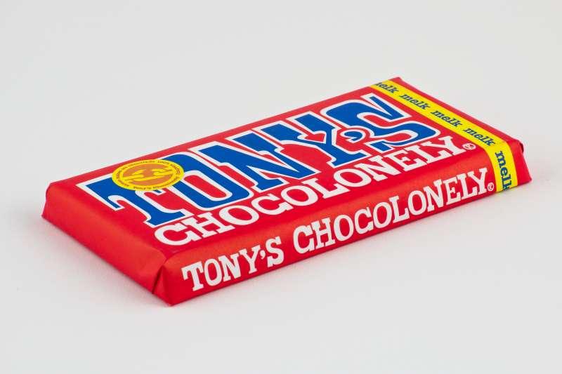 荷蘭超人氣品牌「東尼寂寞巧克力」(Tony's Chocolonely)由三位記者創立,希望減少可可業的童工剝削現象。(Sebastian Koppehel@wikipedia_CCBYSA4.0)