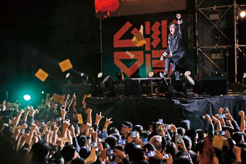 「台灣大凱旋」造勢活動,Freddy在舞台上以歌曲帶動全場氣氛。(郭晉瑋攝)