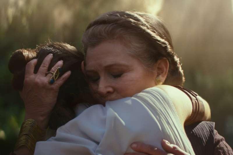 新加坡刪減《星際大戰9》女女接吻片段,只留下擁抱畫面。(AP)