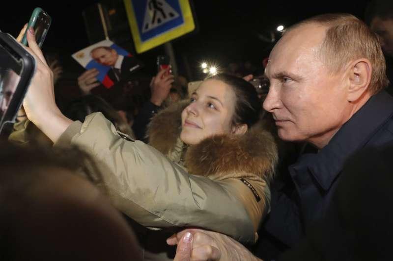 俄羅斯總統普京與民眾自拍。(AP)