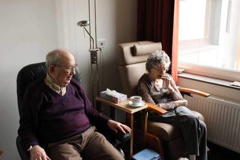 60歲賴姓男子在退休後兩年才意外發現罹癌,治療過程為沉重醫療負擔幾乎燒光積蓄(示意圖/Unsplash)
