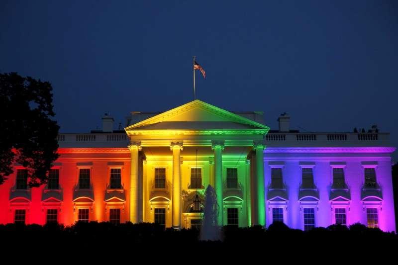 2015年6月26日,美國最高法院做出歷史性判決,宣佈全美同性婚姻合法化,美國白宮投射彩虹燈光慶祝(美聯社)