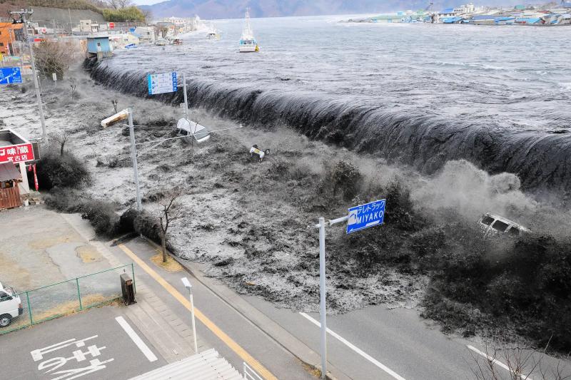 2011年3月11日,東日本大地震引發超大海嘯(美聯社)