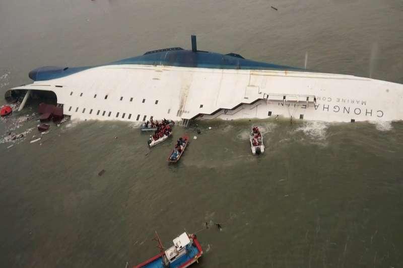 2014年4月16日,南韓世越號發生船難沉沒,船上476名乘客裡,共304人罹難(美聯社)