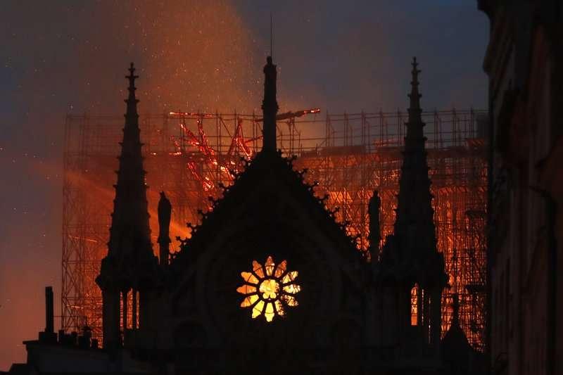 2019年4月15日,法國巴黎聖母院大火(美聯社)