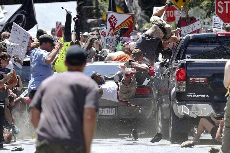 2017年8月12日,美國維吉尼亞州中部城市沙洛斯維爆發種族衝突事件20歲,白人男子費爾茲開車衝撞反方陣營,造成至少1死、19人受傷悲劇(美聯社)