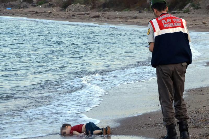 2015年9月2日,年僅3歲的敘利亞難民兒童艾倫(Aylan Kurdi)陳屍土耳其海灘的照片震撼全球(美聯社)