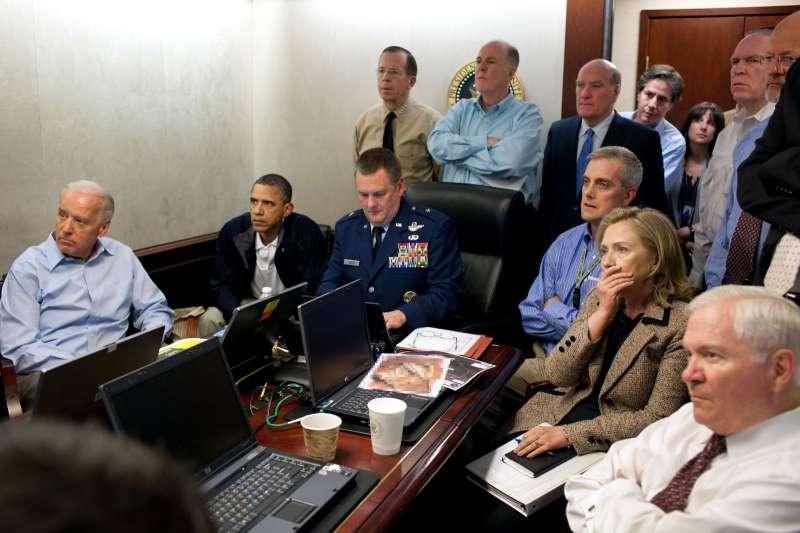 2011年5月1日,美軍的海豹部隊夜襲行動中格殺賓拉登,時任總統歐巴馬(左二)與時任國務卿希拉蕊(右二)等齊聚白宮戰情室觀看情況(美聯社)