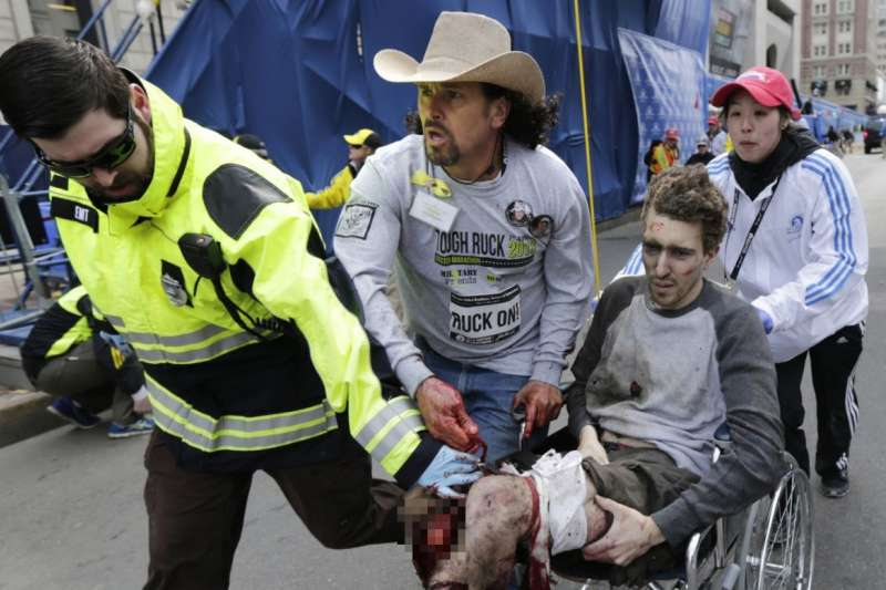 2013年4月15日,美國麻薩諸塞州波士頓馬拉松賽發生爆炸,傑夫.鮑曼雙腿被炸斷,頭戴牛仔帽的艾雷東多協助鮑曼上救護車。(美聯社)