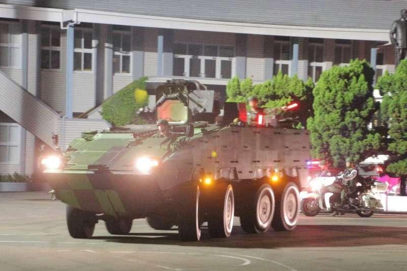 20191225-仲泓專題-憲兵裝步239營成為全國首波接裝雲豹30公厘機砲戰鬥車的單位,對拱衛中樞戰力有所提升,強化首座防禦作戰能力亦突顯憲兵部隊重要性。圖為239營裝備40榴彈機槍為主武器的雲豹甲車。(取自憲兵指揮部臉書)