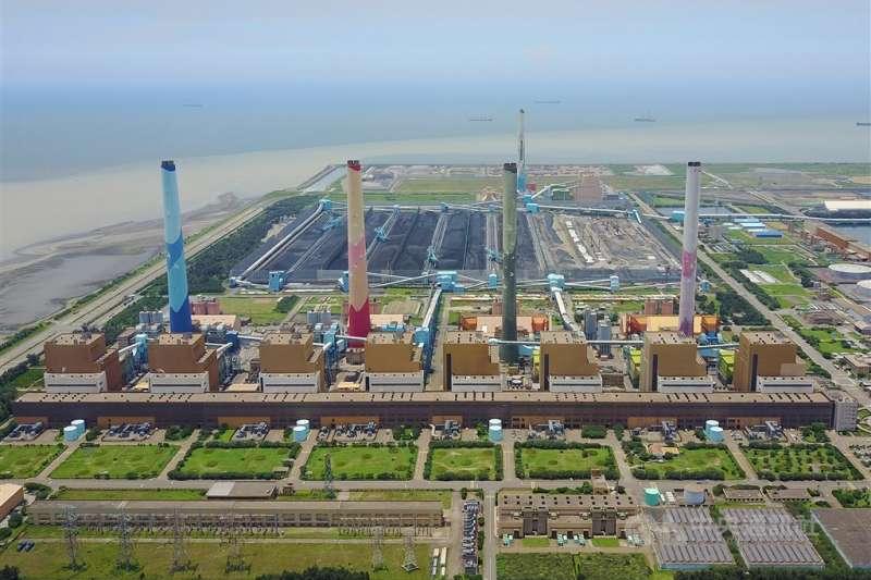 台中市政府25日第3度針對台中火力發電廠生煤使用超量問題開罰,並宣布撤銷2張中火第2及第3號機組燃煤許可證。圖為台中火力發電廠。(中央社檔案照片)