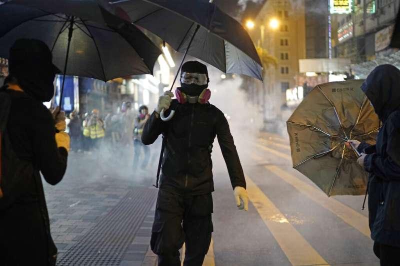香港警察在耶誕夜施放催淚彈。(美聯社)