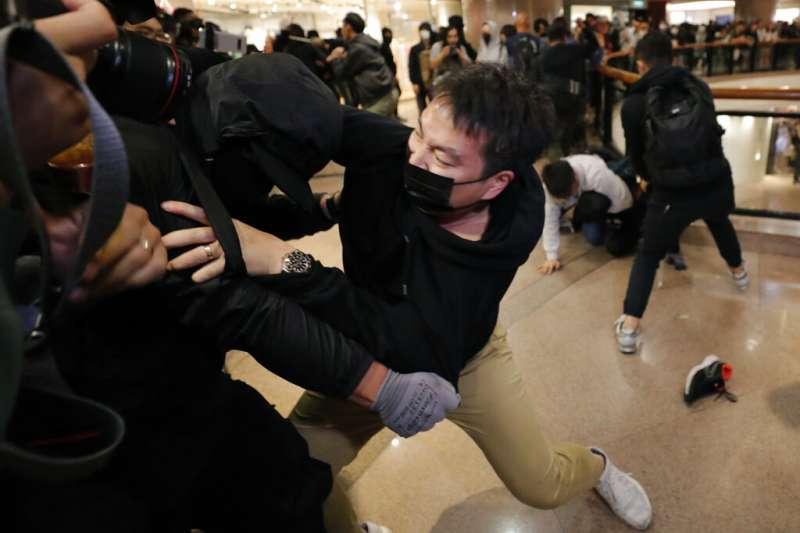 香港警方與抗議民眾耶誕夜發生激烈衝突。(美聯社)