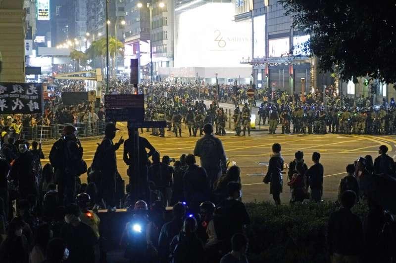 香港警方與抗議民眾耶誕夜在街頭對峙。(美聯社)