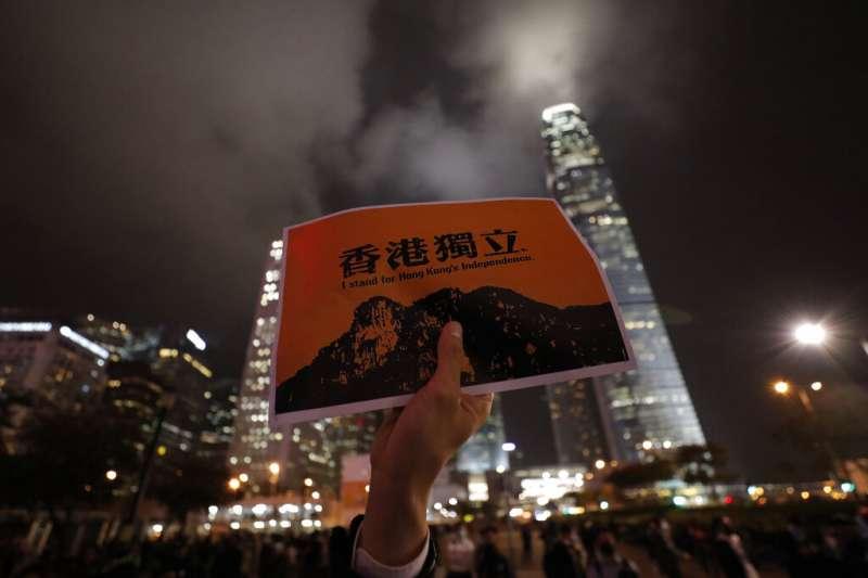 香港反送中抗爭有人高舉「香港獨立」標語。(美聯社)