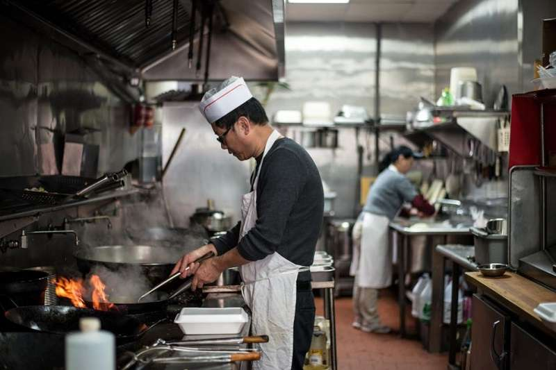 在美國,中餐館的數量是麥當勞的三倍,但嗜吃中國菜的美國人,卻對中國人充滿歧視。(圖/BBC News。攝影:Katie Salisbury朱潔琳)
